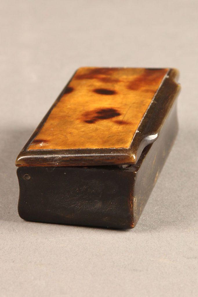 A5661B-totoise-snuff-box-antique