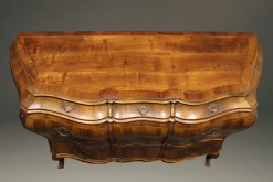 19th century Italian bombe commode in burr walnut, circa 1890 A2435D