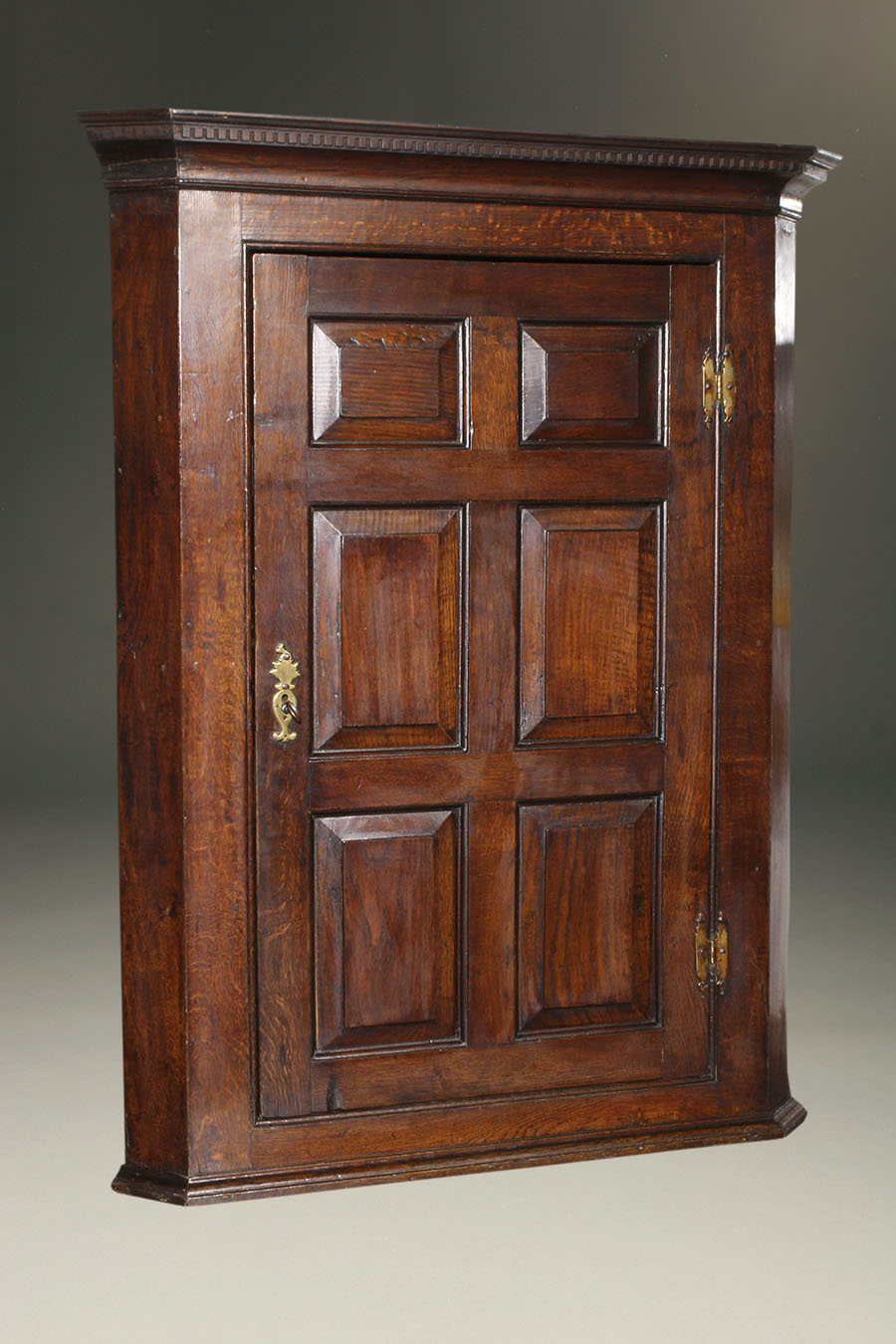 Home/Furniture/Cupboards. 18th century English oak hanging corner cupboard. - Antique English Hanging Corner Cupboard In Oak.